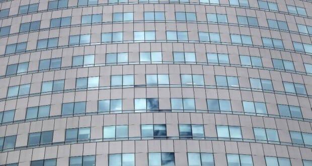 Glasfassade an einem Bürohaus
