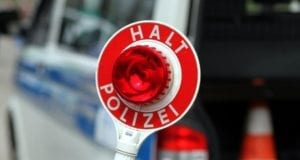 Halt-Stopp-Schild der Polizei bei einer Verkehrskontrolle