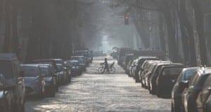 Parkende Autos in einer Straße