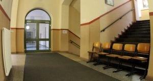 Stühle im Flur einer Schule