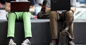 Zwei Männer surfen im Internet