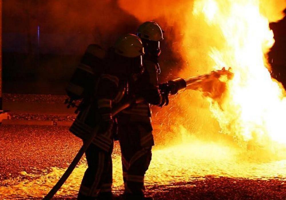 Feuerwehr Brand Schaum Nacht