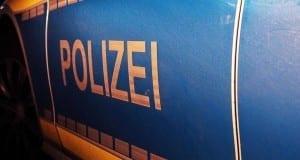 Polizeifahrzeug blau Nacht