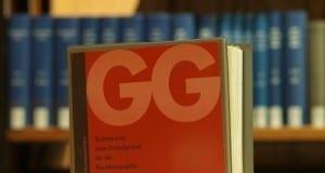 Ausgabe des Grundgesetzes in einer Bibliothek