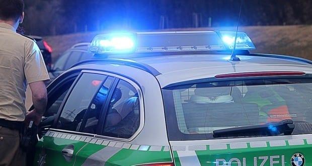 Polizeifahrzeug und Polizist