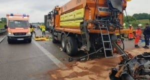 Unfall auf der A8 bei Günzburg - LKW gegen Sicherungsanhänger