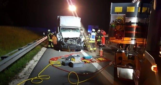 Unfall A8 Leipheim Kleintransporter auf LKW