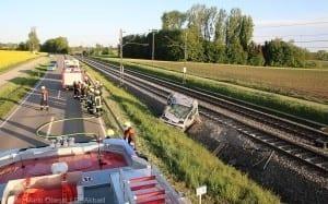 Unfall Pkw ueberschlagen zug beschaedigt Mindelaltheim 07052018 10