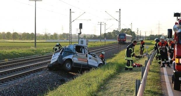 Unfall Pkw ueberschlagen zug beschaedigt Mindelaltheim 07052018 19