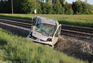 Unfall Pkw ueberschlagen zug beschaedigt Mindelaltheim 07052018 5