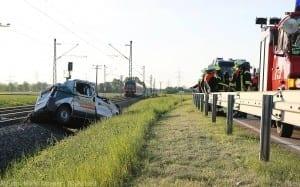 Unfall Pkw ueberschlagen zug beschaedigt Mindelaltheim 07052018 8