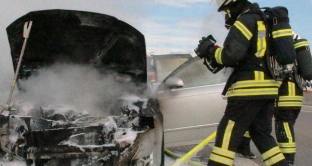PKW-Brand Feuerwehreinsatz