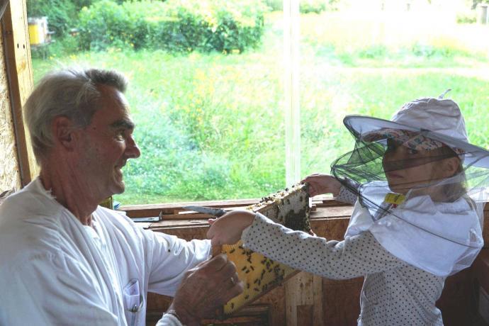 Kinderhaus Hagenweide Vorschulkinder beim Lehrbienenstand Günzburg