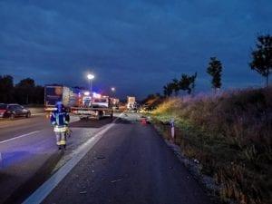Autobahn 8 Sattelzug kracht in Unfallstelle bei Leipheim 1