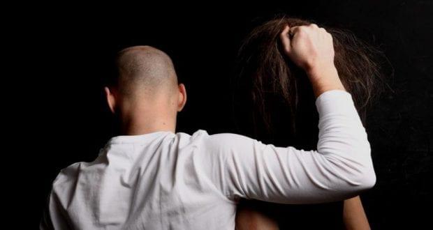 Mann hält Frau Übergriff