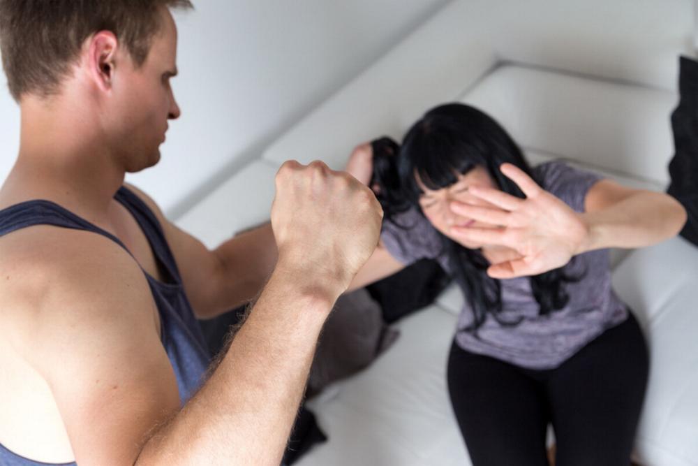 Frau geschlagen Schläger
