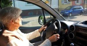 Seniorin Autofahrerin