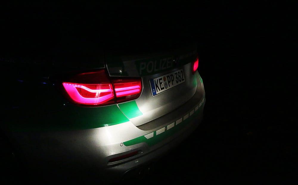 Polizeifahrzeug Dunkel
