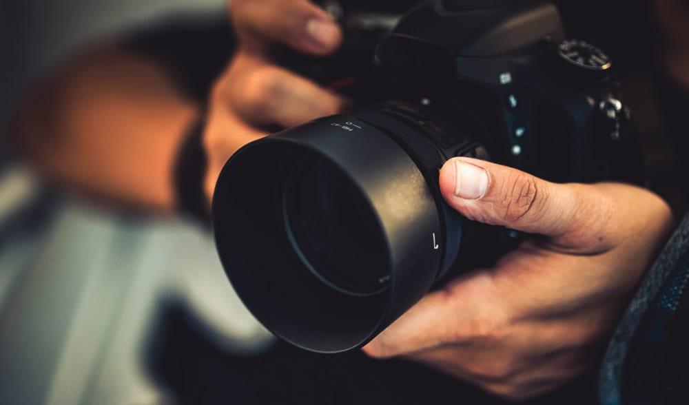 Mann hält Fotoapperat in der Hand