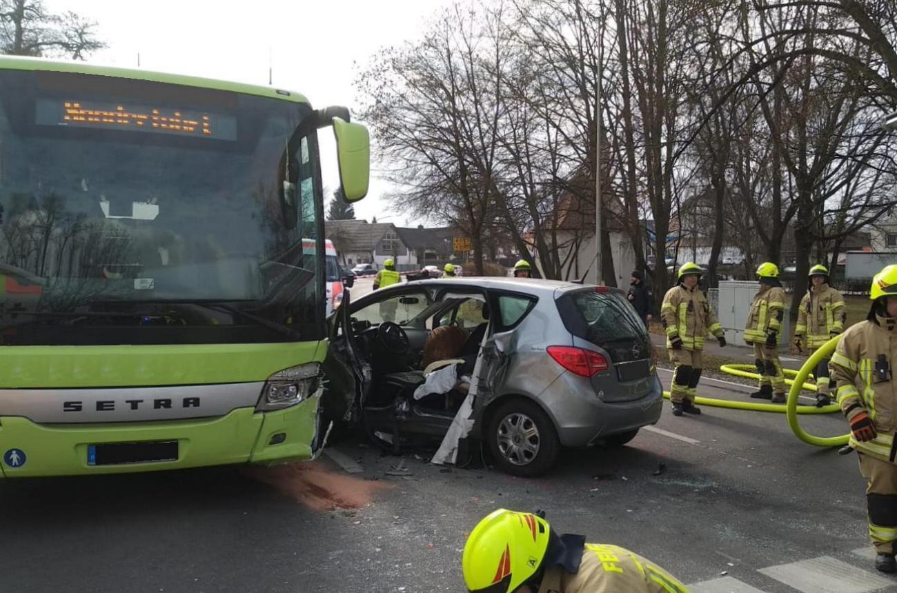 Ichenhausen Unfall Schulbus Pkw 20022019 1