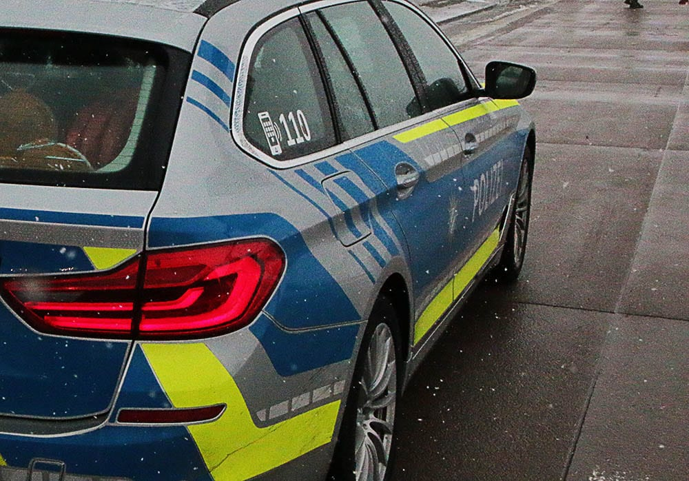 Polizeifahrzeug Schneefall