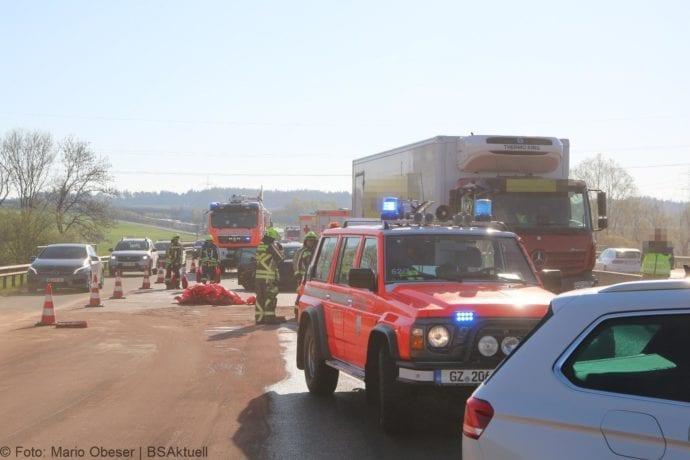 Fahrschulauto prallt gegen Lkw auf der Autobahn 8 im Kreis Günzburg, nahe des Anschlussstelle Günzburg in Richtung Leipheim