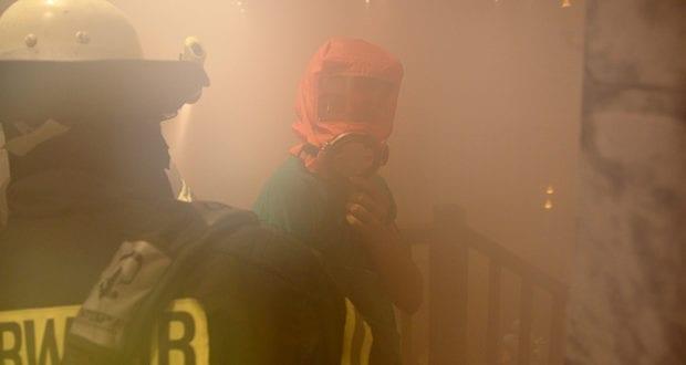 Feuerwehr bei der Menschenrettung bei dichtem Rauch