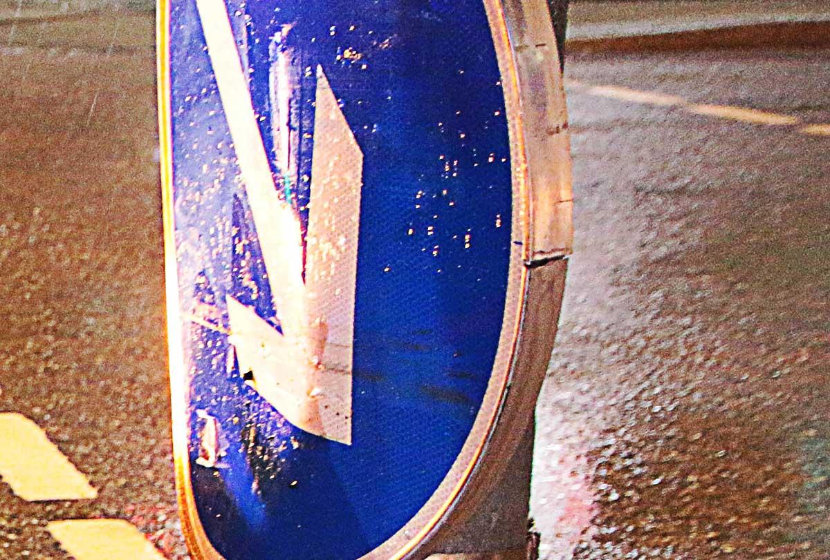 Straßenschild verbogen Verkehrszeichen