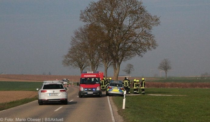 Pkw prallt zwischen Rieden und Kissendorf gegen Baum
