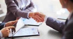 Verhandlungstisch Hand geben, Händeschütteln
