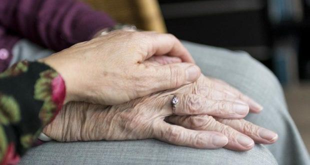Hände Pflege Seniorin