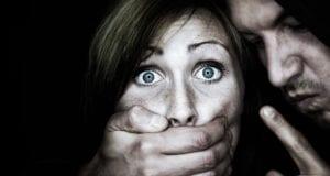 Mann packt Frau Übergriff