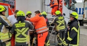 Rettung Lkw-Fahrer wegen Notfall Günzburg