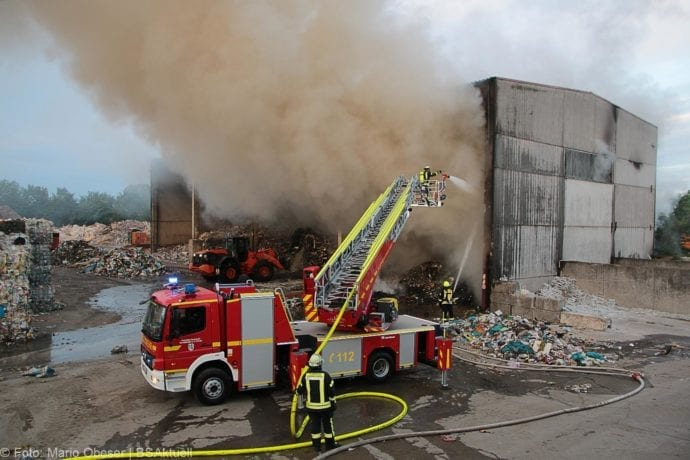 Brand von Müll in einer Lagerhalle in Bächingen an der Brenz.