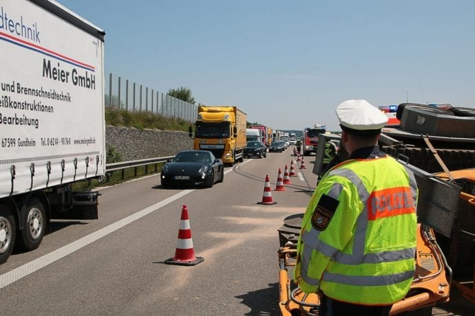 Unfall A8 Günzburg-Leipheim Gespann umgekippt
