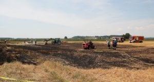 Brand eines Hochladers greift auf Feld über bei Straß (Nersingen)