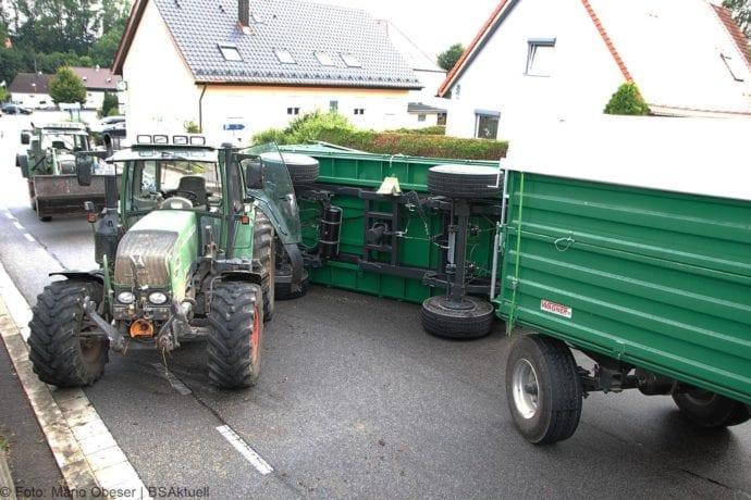 Landwirtschaftlicher Anhänger umgekippt 05072019 1