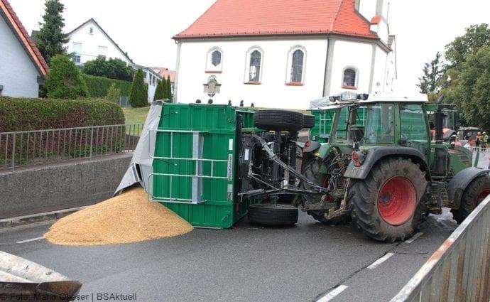 Landwirtschaftlicher Anhänger umgekippt 05072019 3