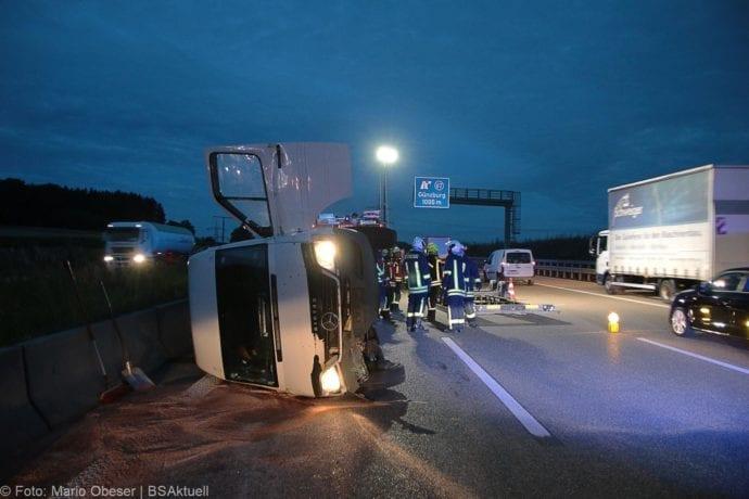 Unfall A8 Günzburg Transporter-Gespann 11072019 2
