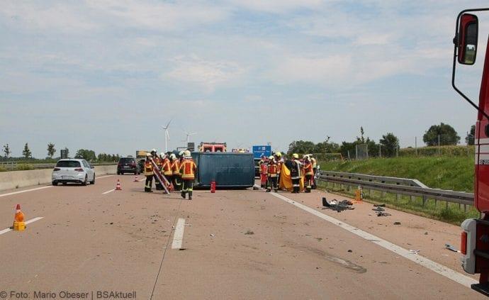 Kleinbus kippt Unfall A8 Burgau-Zusmarshausen05082019 10