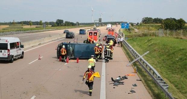 Kleinbus kippt Unfall A8 Burgau-Zusmarshausen05082019 11