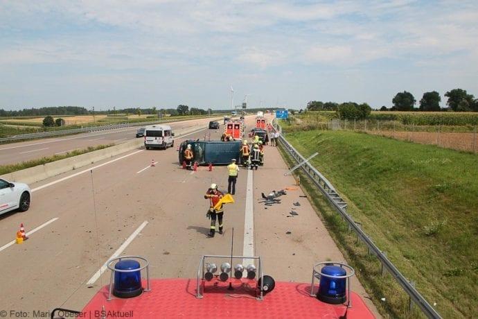 Kleinbus kippt Unfall A8 Burgau-Zusmarshausen05082019 12