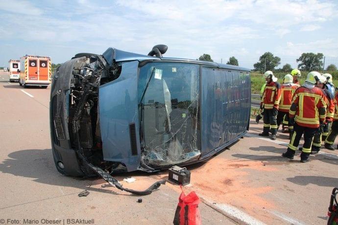 Kleinbus kippt Unfall A8 Burgau-Zusmarshausen05082019 15