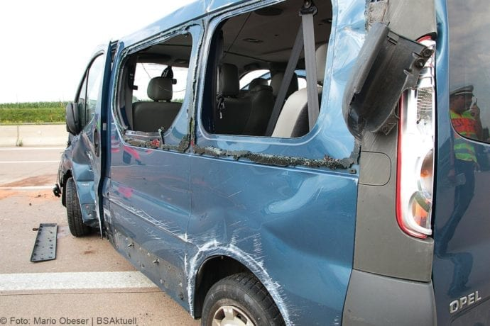 Kleinbus kippt Unfall A8 Burgau-Zusmarshausen05082019 16