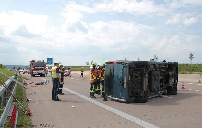 Kleinbus kippt Unfall A8 Burgau-Zusmarshausen05082019 2