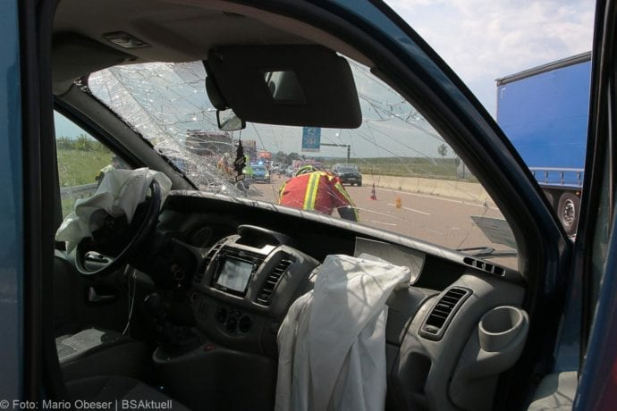 Kleinbus kippt Unfall A8 Burgau-Zusmarshausen05082019 7