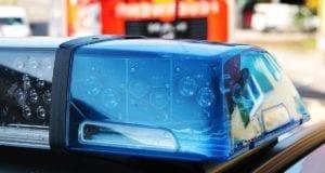 Blaulicht mit Feuerwehrfahrzeug im Hintergrund
