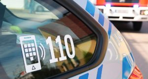 Polizeifahrzeug mit Feuerwehrauto