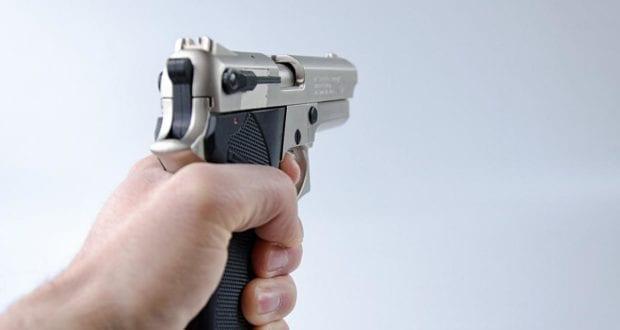 Pistole in der Hand gehalten