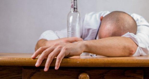 Mann betrunken Alkohol
